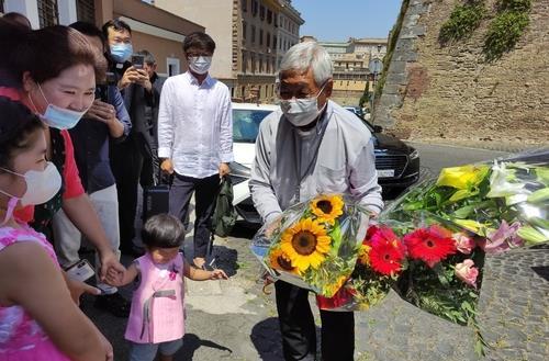 资料图片:7月30日,在意大利罗马,当地韩人信徒对俞兴植(右)履新表示欢迎。 韩联社