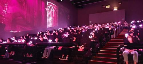 影院坐满观众观看BLACKPINK纪念出道5周年电影。 CGV供图(图片严禁转载复制)