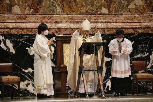 当地时间8月21日,在位于梵蒂冈城国的圣伯多禄大殿,韩国天主教神父金大建诞辰200周年纪念弥撒举行。图为教廷圣座圣职部部长、韩国天主教大田教区主教俞兴植(中)主持弥撒。 韩联社