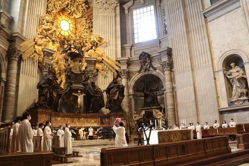 当地时间8月21日,在位于梵蒂冈城国的圣伯多禄大殿,韩国天主教神父金大建诞辰200周年纪念弥撒举行。 韩联社