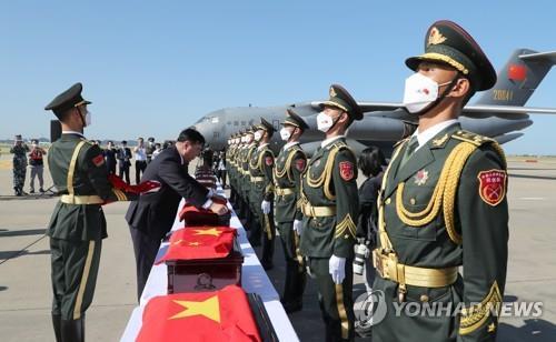 韩国向中国移交109具志愿军遗骸