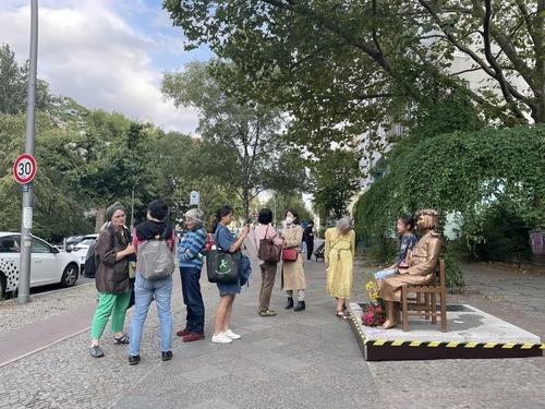 资料图片:柏林市民与和平少女像合影。 韩联社