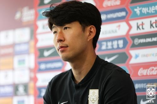 9月5日,韩国足球名将孙兴慜在记者会上听取记者提问。 大韩足球协会供图(图片严禁转载复制)