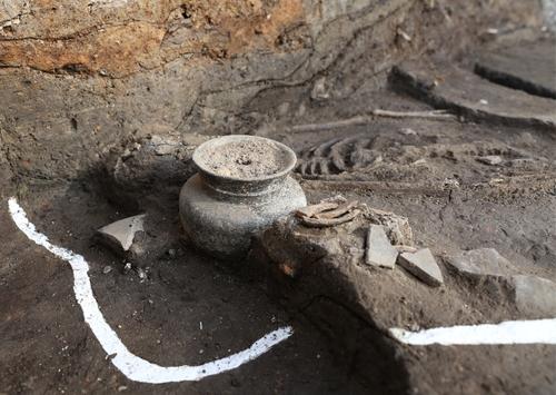 月城遗址出土的骸骨和陶器 国立庆州文物研究所供图(图片严禁转载复制)