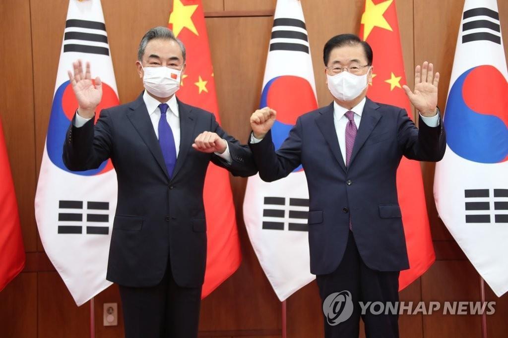 9月15日,在韩国外交部办公楼,韩国外交部长官郑义溶(右)和中国外交部长王毅在举行会谈前合影留念。 韩联社