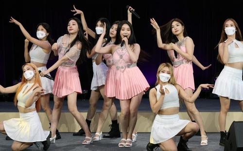 """9月15日,在首尔东大门设计广场,""""2021—2022韩中文化交流年""""开幕式举行。图为宣传大使Brave Girls献艺。 韩联社/文化体育观光部供图(图片严禁转载复制)"""