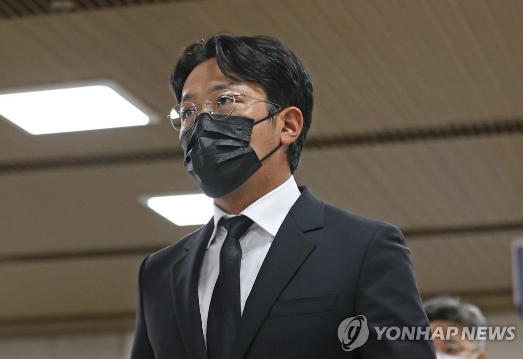 资料图片:9月14日,在首尔中央地方法院,河正宇准备出庭听取一审宣判。 韩联社