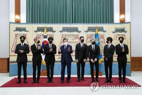 资料图片:文在寅(左四)与防弹少年团 韩联社