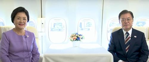当地时间9月20日,为出席联合国大会启程访美的韩国总统文在寅和夫人金正淑以视频方式向全民致以中秋祝福。 韩联社/视频截图(图片严禁转载复制)