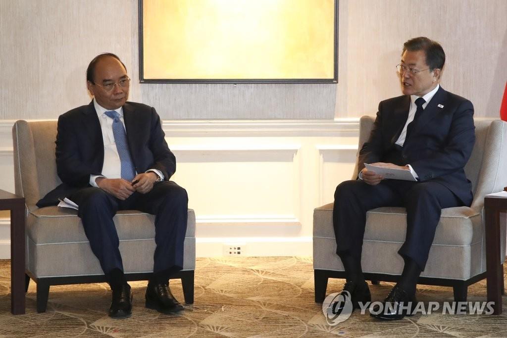 当地时间9月21日,在美国纽约,韩国总统文在寅同越南国家主席阮春福举行会谈。 韩联社