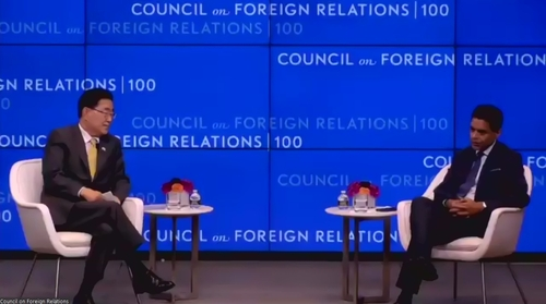 韩国外交部长官郑义溶(左)和主持人法雷德·扎卡里亚出席美国外交协会研讨会。 韩联社/会议视频截图(图片严禁转载复制)