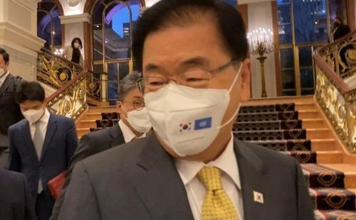 当地时间9月22日,在纽约,韩美日外长会结束后,郑义溶回答记者提问。 韩联社
