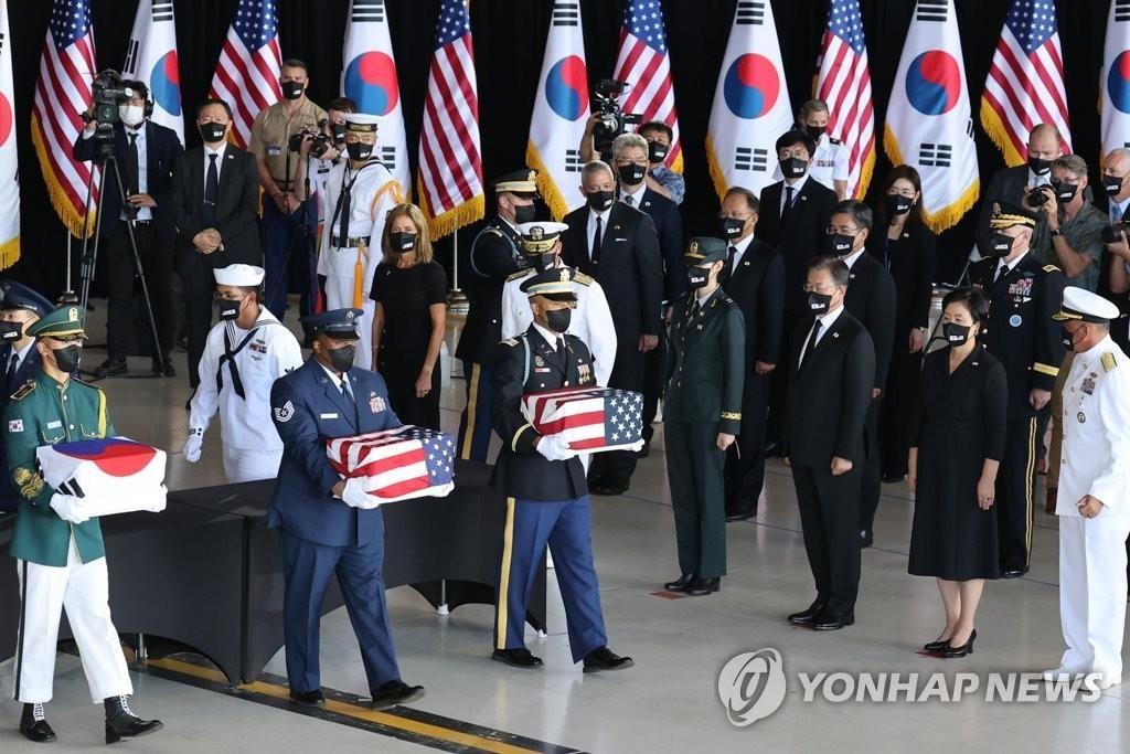 资料图片:当地时间9月22日,韩美韩战阵亡军人遗骸交接仪式在美国希卡姆空军基地举行。图为在韩国总统文在寅(右三)和夫人金正淑(右二)的参观下,韩美官兵交接阵亡将士遗骸。 韩联社
