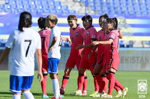 9月23日,在乌兹别克斯坦,韩国队庆祝胜利。 韩联社/大韩足球协会供图(图片严禁转载复制)