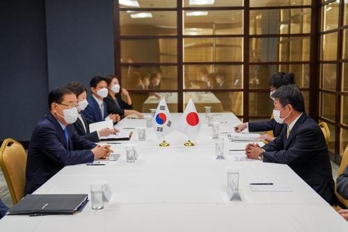 韩日外长在纽约举行会谈