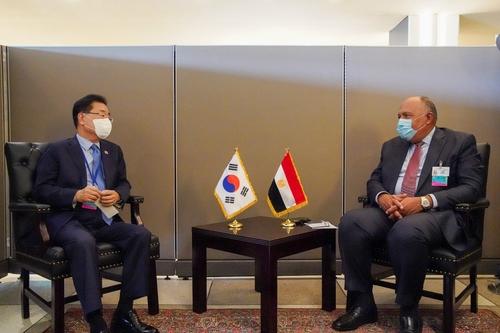当地时间9月23日,在纽约,韩国外长郑义溶(左)同埃及外长舒克里举行会谈。 韩联社