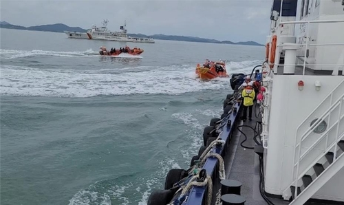 韩海警在西部海域实施非法捕捞执法演练