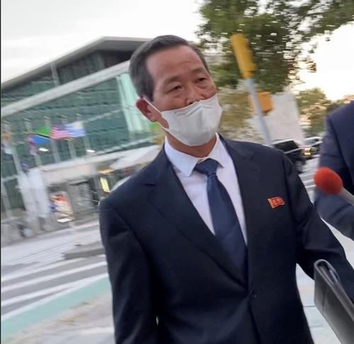 资料图片:当地时间9月27日,朝鲜常驻联合国代表金星在第76届联合国大会结束后走出联合国大楼。 韩联社