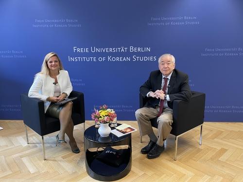 """文正仁在德国柏林自由大学韩国学研究所举办的""""2021年金大中年度特讲""""上以""""核、和平、韩国的未来""""为主题发表演讲。 韩联社"""