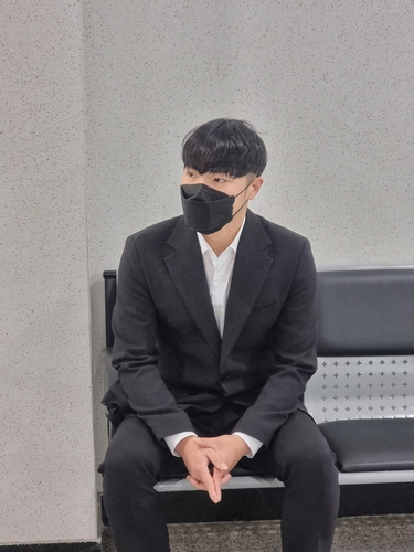 10月13日,在大邱地方法院,辉晟等待出庭受审。 韩联社