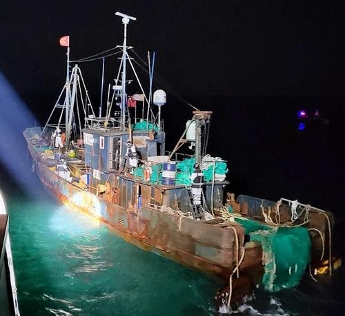 韩海警在西部海域扣押一非法捕捞中国渔船