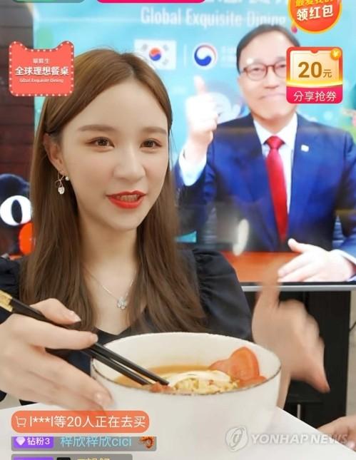 韩国驻沪领事亮相中国直播节目宣传韩国食品 - 1
