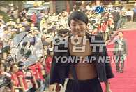 张美姬着一身另类装现身富川电影节红地毯