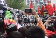 反对和欢迎圣火传递的示威队在市内多处起冲突