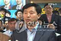 """吴世勋:将以失败者的心态 虚心面对胜利 韩联社首尔6月3日电 通过6·2地方选举成功连任的首尔市长吴世勋3日表示,将以失败者的心态,虚心面对今天的胜利,同时将致力于理解民意。 吴世勋当天上午接到当选消息后,在新闻中心内的选举对策本部发表感言时,做出了上述表示。 截至当天清晨,吴世勋与对手民主党候选人韩明淑之间的竞争还很激烈。但到了最后,吴世勋以微弱优势成功当选首尔市长。吴世勋称:""""虽然我在这次选举中获胜,但我还是得反省我自己。"""" 吴世勋说:""""我将以新的决心从政。我与大国家党党员一道,为把大国家党建设成为更加廉洁、温馨、改革创新的政党,将竭尽全力。"""" 他还说:""""今后,我会更加努力倾听国民的意见,努力与国民沟通。将本着追求整合的理念,让我国政治走上面向未来的道路。""""(完) (END)"""