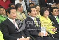 """民主党意外获好战绩 选举结果或导致政局动荡 韩联社首尔6月3日电 在2日进行的第5届地方选举中,执政的大国家党在16个广域团体长竞选中,仅在6个地区获胜,事实上在此次选举中落败。相反,民主党在仁川等7个选区获胜,在本轮地方选举中获得了压倒性胜利。 3日上午最终验票结果显示,大国家党在""""首都附近3大选区(首尔、京畿、仁川)""""广域团体长竞选中,在首尔和京畿道获胜。截至当天清晨,吴世勋与对手民主党候选人韩明淑之间的竞争还很激烈,但到最后,吴世勋以微弱优势成功当选首尔市长。 出乎意料的是,大国家党在传统领地庆南和江原意外遭遇冷门,还在因世宗市建设争论不休的忠清3个选区均被打败。结果,在广域团体长竞选中,大国家党仅在首尔、京畿、釜山、大邱、蔚山、庆北6个选区获胜。 相比之下,民主党在仁川、光州、江原、忠北、忠南、全北、全南7个选区获胜,获得了意外的战绩和胜选。此外,自由先进党在大田选区获胜,庆南和济州由无党派人士胜选。 在228个基础团体长选区中,民主党在92个选区获胜,成绩骄人。相反,大国家党只在82个选区获胜。无党派在36个选区获胜;自由先进党在13个选区获胜;民主劳动党在3个选区获胜;国民中心联合和未来联合分别在1个选区获胜。 在区政厅长竞选中,民主党在首尔共25个选区中,在21个选区获压倒性胜利,而大国家党仅在江南3个选区和江北中浪选区等共4个选区获胜。 执政党当初认为,借助逼近50%的总统支持率,以及""""天安""""舰事件掀起""""北风"""",能够再次独占地方权力。但舆论对此产生了牵制心理,因此执政党在今后的国政运营上难免受其影响。 据初步统计,本轮地方选举投票率达54.5%,是继1995年第1届地方选举(68.4%)后的第二高。(完)"""