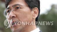 韩前忠南道知事安熙正接受高强度调查后归家