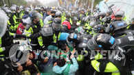 韩警方强制疏散反萨团体和居民 10多人受伤