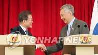 文在寅同新加坡总理李显龙举行会谈