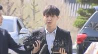 4月17日上午10时许,涉嫌吸毒的韩国歌手兼演员朴有天(左二)在京畿道南部地方警察厅回答记者提问。(韩联社)