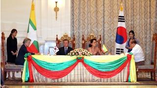 文在寅会见缅甸国务资政昂山素季