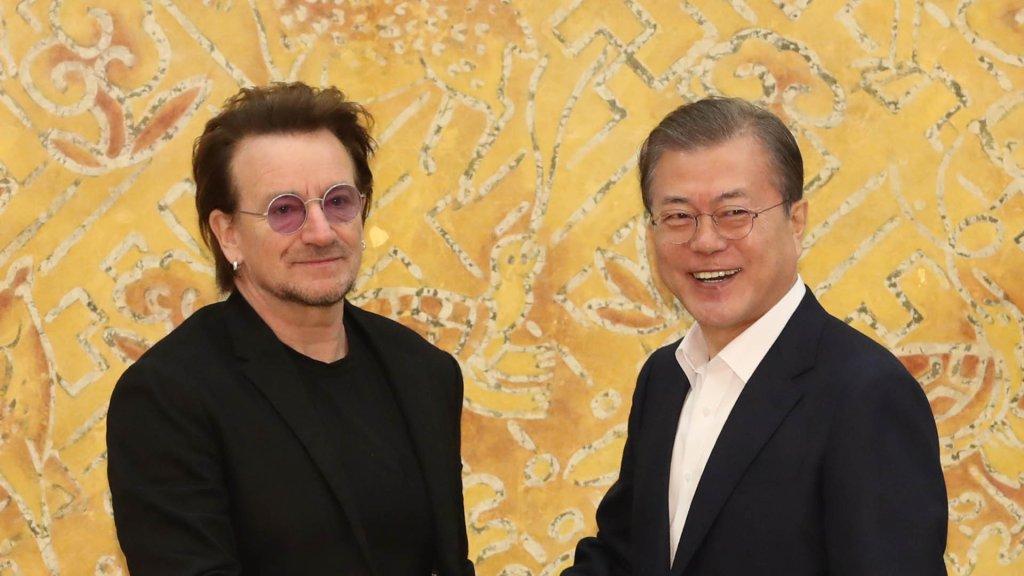 文在寅接见摇滚乐队U2主唱波诺
