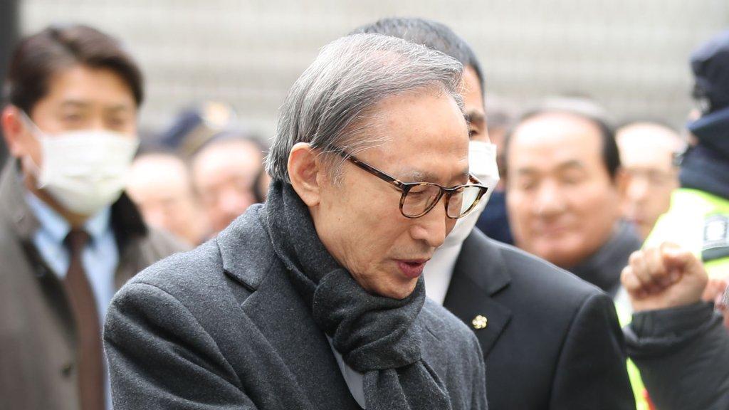 韩国前总统李明博贪污受贿二审获刑17年