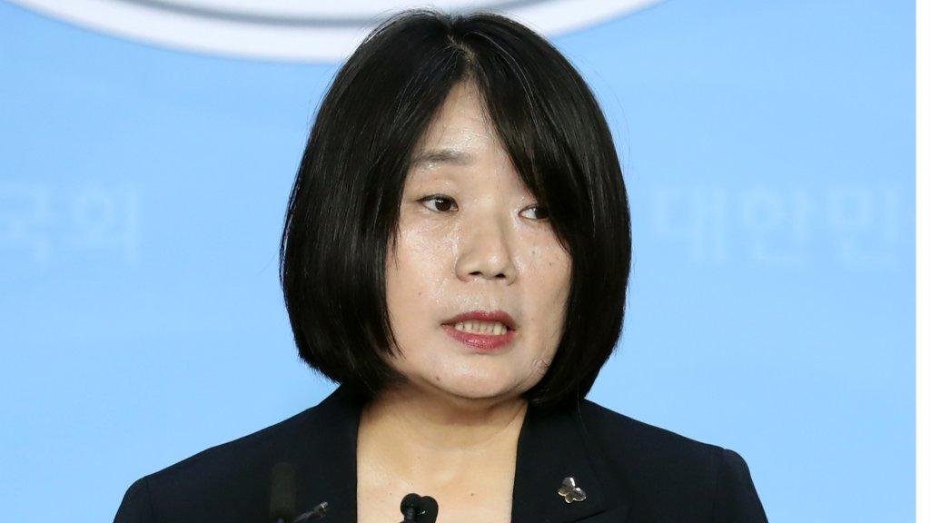 韩慰安妇团体前负责人尹美香开记者会释疑