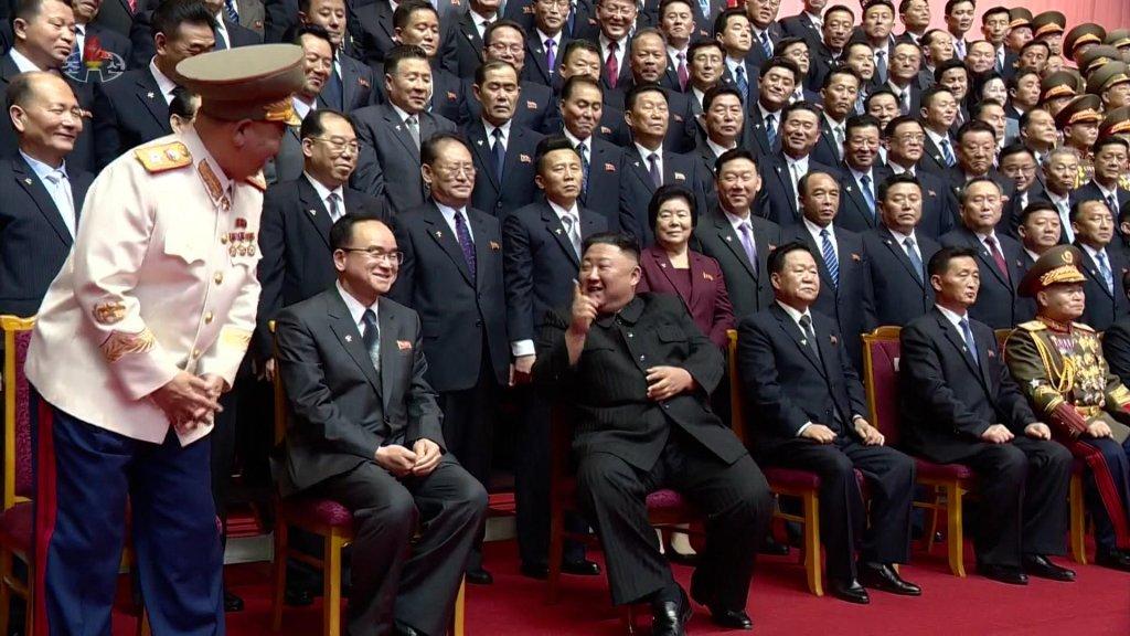 金正恩与党和内阁新领导班子合影留念