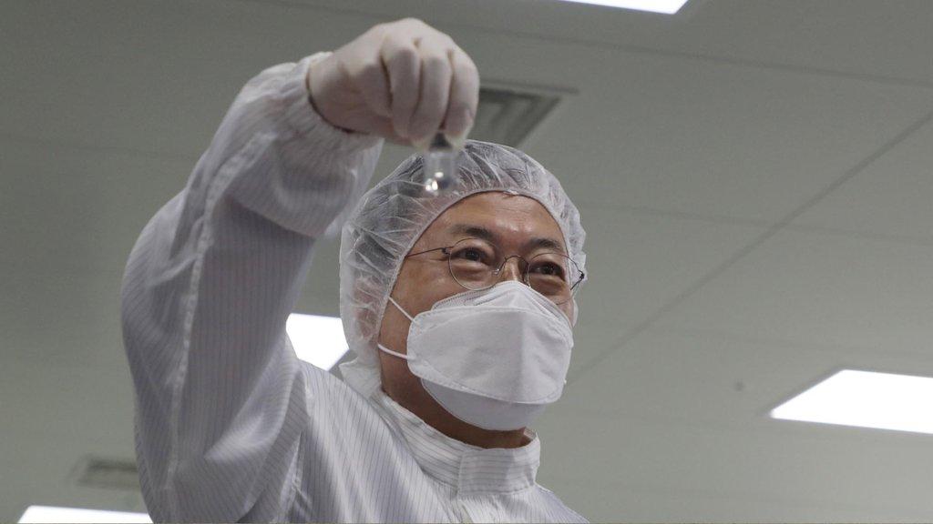 文在寅视察韩企新冠疫苗生产现场