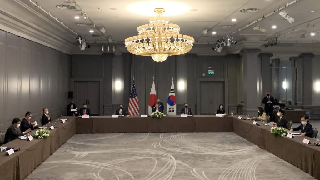 韩美日三国外长在伦敦举行会谈