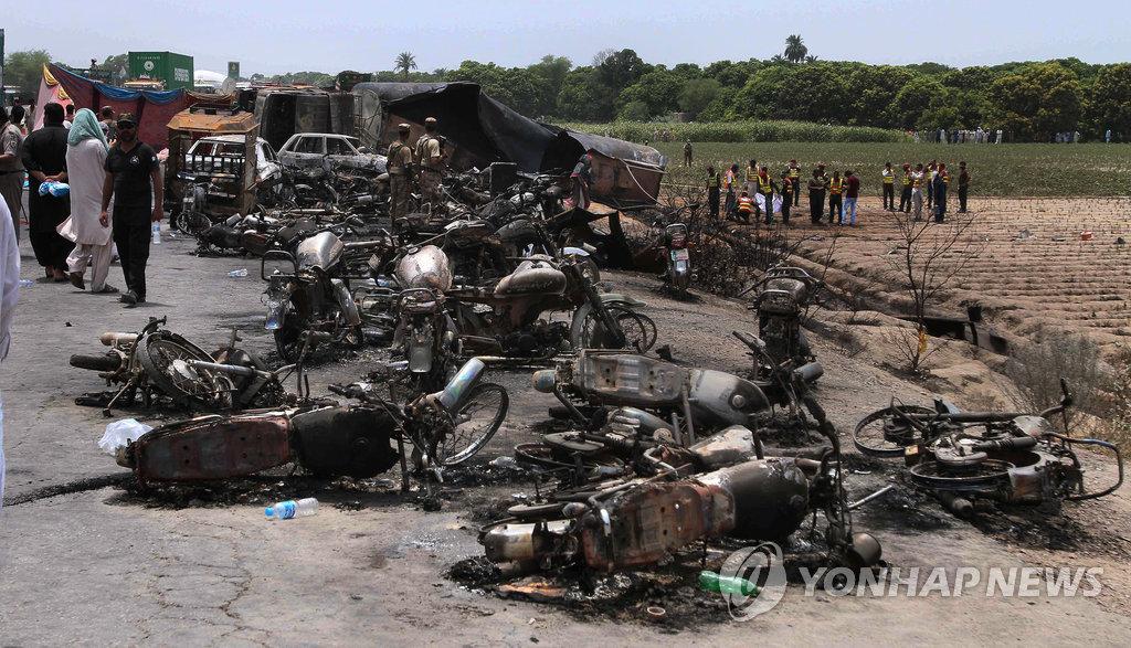 6月25日,巴基斯坦发生油罐车爆炸事件,造成上百人伤亡。(韩联社/美联社)