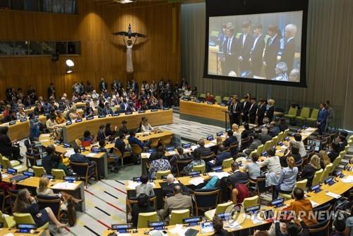 当地时间9月24日,韩国天团防弹少年团(BTS)在美国纽约联合国总部发表演讲。(韩联社/美联社提供)