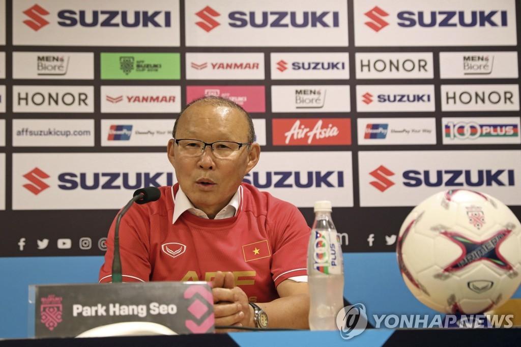 12月15日,在越南河内美亭国家体育场,朴恒绪赛后答记者问。(韩联社/美联社)