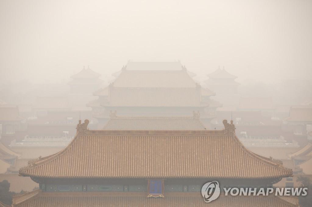 资料图片:北京故宫一带被雾霾笼罩。 韩联社/美联社(图片严禁转载复制)