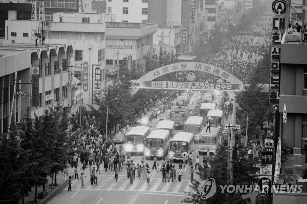 资料图片:1980年5月18日,在光州市,市民和学生们上街示威要求全斗焕政权下台。 韩联社(图片严禁转载复制)