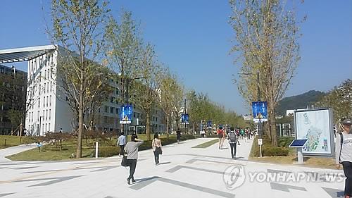 韩两支高校冰球队集训后确诊新冠30例