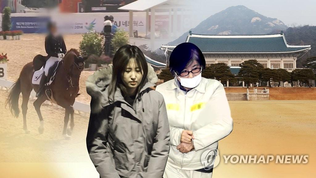 崔顺实(右)及其女(韩联社)