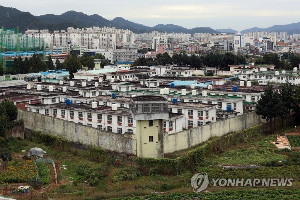 韩光州监狱旧址挖出数十具遗骸