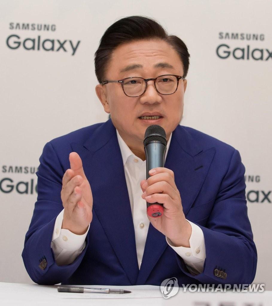 资料图片:三星电子移动业务部门总裁高东真(韩联社)